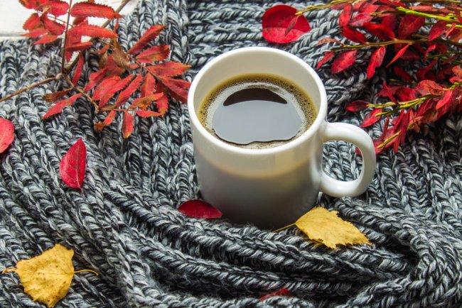 Kohvitass ja kootud sall
